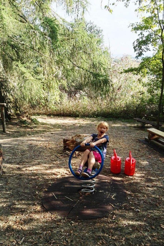 Neue rote Gießkannen und unzählige Wasserträger