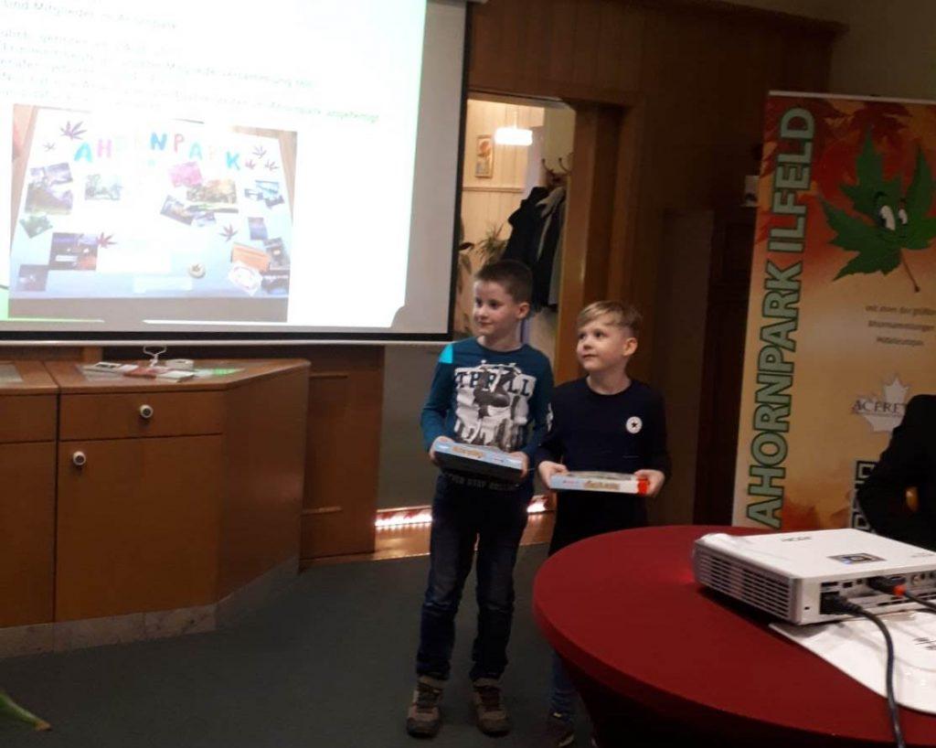 """Unsere """" Ahörnchen"""" Max Jülich und Nils Schäfer sind die jüngsten Mitglieder im Ahornparkverein …"""